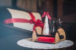Соль и перец на таблице в кафе стоковые фото