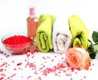 Соль моря, полотенца, сухая бомба ванны, свечи чая, масло ароматности в бутылках и лаванда на предпосылке Плоское положение Проду стоковая фотография rf
