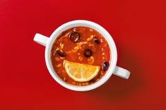 Солянка с оливками и лимоном для меню стоковое изображение