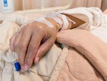Соляной потек intravenous IV на руке ` s женщины в больнице Стоковое Изображение RF