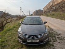 Солярис Hyundai автомобиля припаркован в природе Акцент Giad/Hyundai Avega/Brio Hyundai/додж Verna стоковая фотография rf