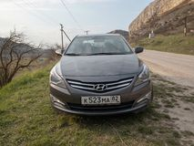 Солярис Hyundai автомобиля припаркован в природе Акцент Giad/Hyundai Avega/Brio Hyundai/додж Verna стоковая фотография