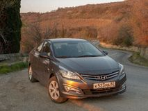 Солярис Hyundai автомобиля припаркован в природе Акцент Giad/Hyundai Avega/Brio Hyundai/додж Verna стоковое фото rf