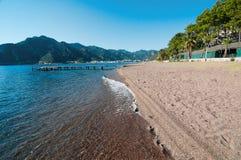 Солёная вода лижа пляж песка стоковое изображение