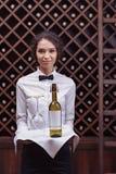 Сомелье женщины конца-вверх стоя с бутылкой вина и стекла на подносе Стоковые Изображения