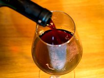 Сомелье льет вино Стоковые Фото