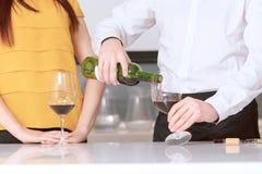 Сомелье льет вино в стекло Стоковое Изображение