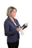 Сомнительная вставка пакета чтения женщины Стоковая Фотография RF