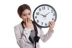 Сонная молодая азиатская бизнес-леди с часами в утре Стоковые Изображения