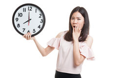 Сонная молодая азиатская бизнес-леди с часами в утре Стоковые Фото