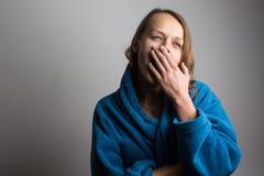 Сонная молодая женщина стоковые фотографии rf