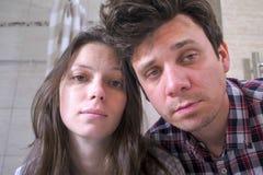 Сонные человек и женщина пар в bathroom с похмельем пробуя проспать вверх стоковое фото rf