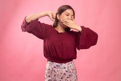 Сонный молодой азиатский зевок женщины стоковое фото rf