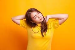 Сонный молодой азиатский зевок женщины стоковая фотография rf