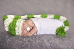 Сонный младенец в шляпе эльфа Стоковое Изображение RF