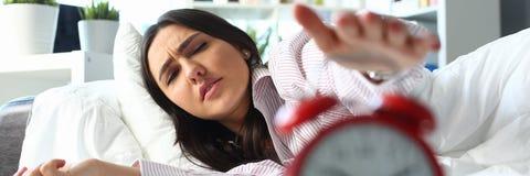 Сонный портрет молодой женщины с одним стоковое фото