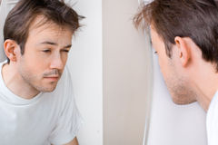 Сонный человек страдает от похмелья стоковое фото