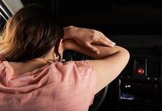 Сон водителя женщины на колесе автомобиля стоковое фото