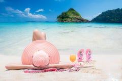 Сон дамы и ослабляет на пляже Стоковые Изображения