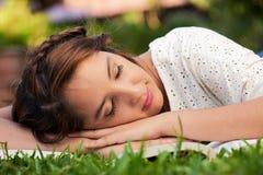 Сон девушки с книгой Стоковые Фотографии RF
