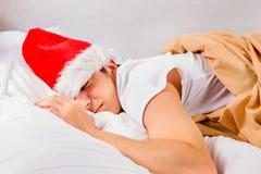 Сон молодого человека в шляпе Санты стоковое фото