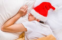Сон молодого человека в шляпе Санты стоковые изображения rf