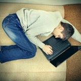 Сон молодого человека с компьтер-книжкой Стоковые Изображения RF