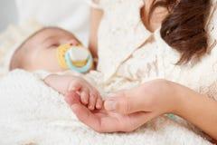 Сон младенца в руке матери, счастливой концепции материнства Стоковые Фото