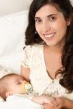 Сон младенца в руке матери, счастливой концепции материнства Стоковые Изображения RF