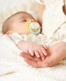 Сон младенца в руке матери, счастливой концепции материнства Стоковые Фотографии RF
