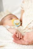 Сон младенца в руке матери, счастливой концепции материнства Стоковые Изображения