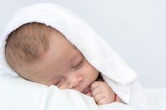 Сон младенца под белым blanke Стоковые Фотографии RF