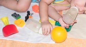сон младенца среди игрушки Стоковая Фотография RF