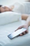 Сон пока использующ smartphone стоковые фотографии rf