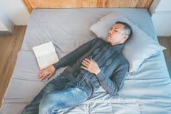 Сон после книги стоковое изображение rf
