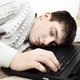 Сон подростка на компьтер-книжке Стоковое Изображение RF