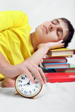 Сон подростка с будильником Стоковая Фотография