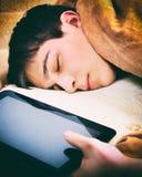 Сон подростка с таблеткой Стоковое фото RF