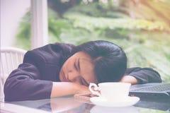Сон рабочей нагрузки бизнес-леди тяжелый на столе офиса с кофе компьтер-книжки листа финансов концепция для перегружанный Стоковое Фото