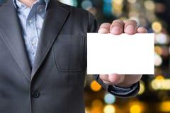 Сообщение бизнесмена на показанной карточке Стоковое фото RF