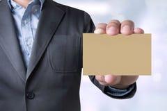 Сообщение бизнесмена на показанной карточке Стоковые Фотографии RF