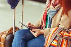 Сообщение битника туристское отправляя СМС на таблетке или модель-макете технологии Путешественник персоны используя компьютер на стоковая фотография rf