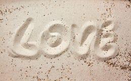 Сообщение влюбленности в песке стоковое фото