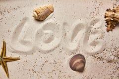 Сообщение влюбленности в песке стоковое изображение