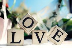 Сообщение влюбленности написанное в деревянных блоках венчание тесемки приглашения цветка элегантности детали украшения предпосыл Стоковая Фотография RF