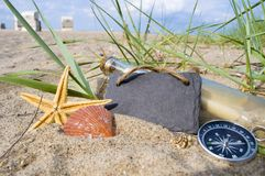 Сообщение в бутылке с древесиной, доской и морским украшением стоковое фото