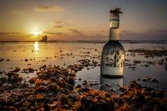 Сообщение в бутылке стоковые фотографии rf
