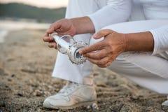 Сообщение в бутылке нашло на пляже Стоковое фото RF