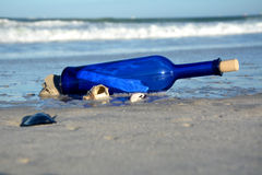Сообщение в бутылке Стоковые Изображения RF