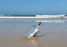 Сообщение влюбленности в бутылке Стоковая Фотография